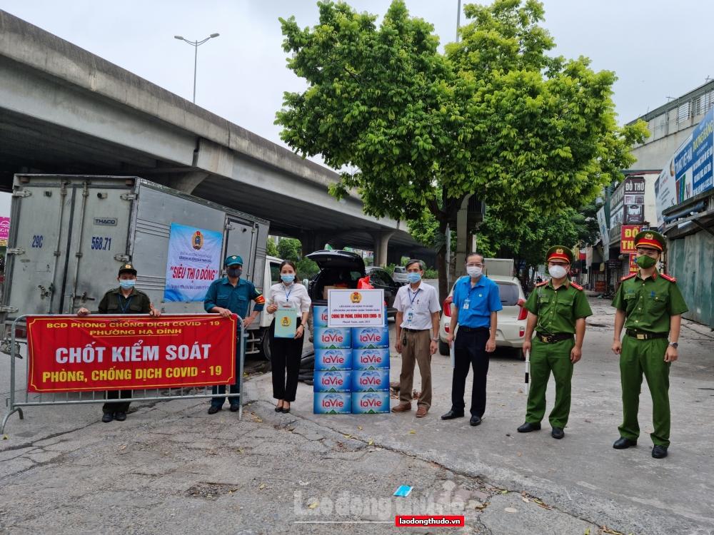 LĐLĐ quận Thanh Xuân trao những suất quà nghĩa tình đến tay người lao động