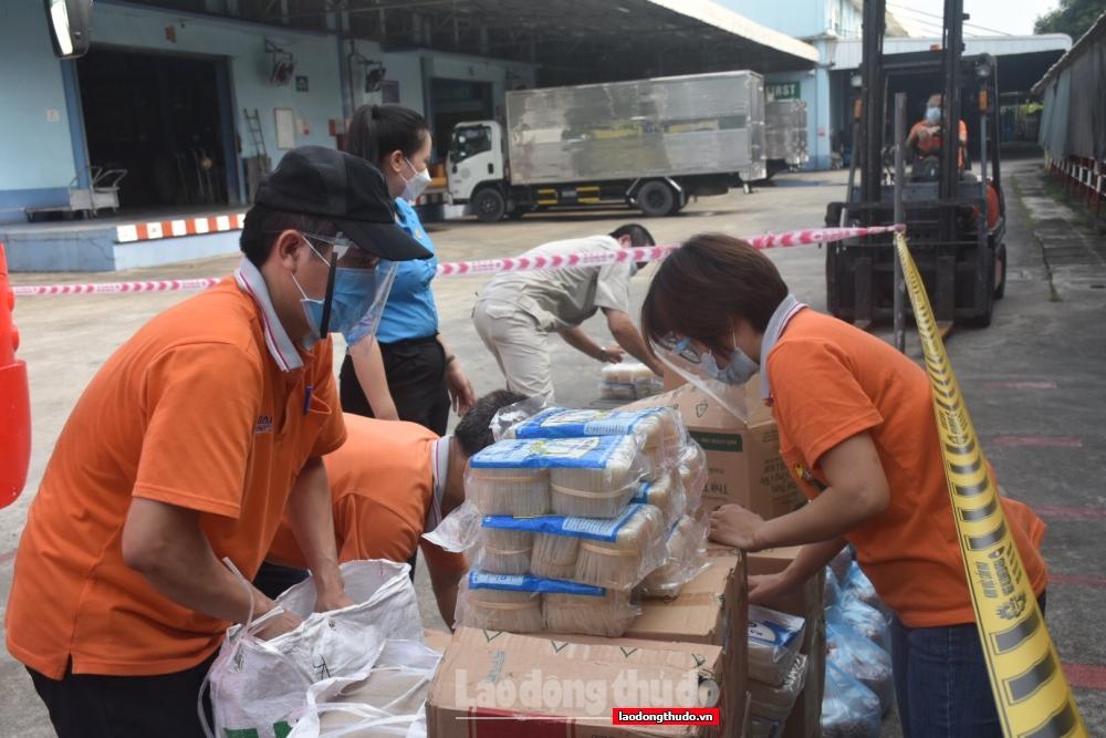 """200 suất quà từ """"Xe buýt siêu thị 0 đồng"""" tiếp tục đến với người lao động khó khăn quận Hà Đông"""