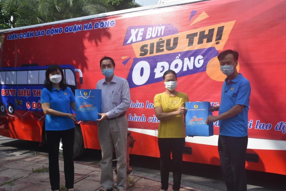 LĐLĐ quận Hà Đông trao hơn 450 suất quà nghĩa tình đến người lao động