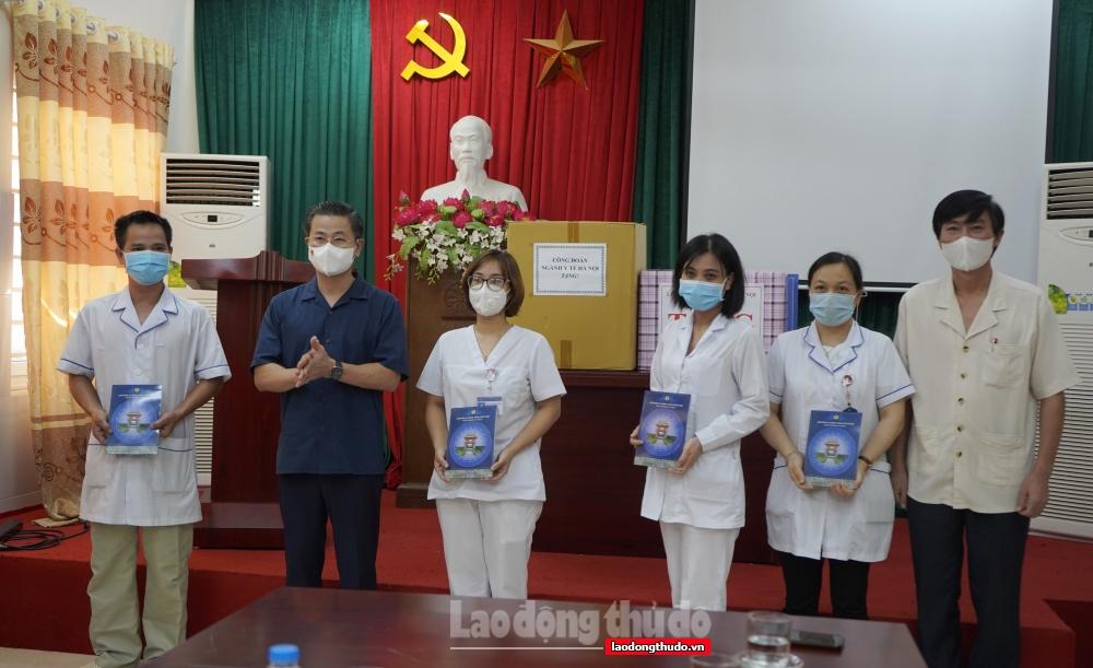 """Người lao động quận Hà Đông nhân lên niềm vui từ những """"Túi An sinh Công đoàn"""""""