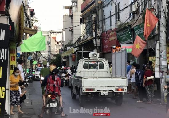 """Một số nơi """"vùng đỏ"""" người dân ra đường tấp nập như """"vùng xanh"""""""