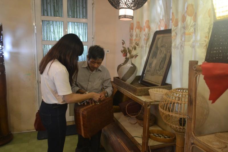 Nghệ nhân khuyết tật trọn đời 'giữ lửa' làng nghề mây tre đan Phú Vinh
