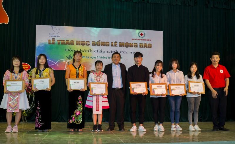 Quỹ Lê Mộng Đào trao tặng gần 1,5 tỷ đồng cho học sinh nghèo vượt khó