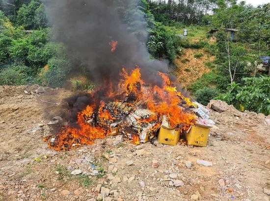 Hà Giang: Tiêu hủy hàng nghìn sản phẩm mỹ phẩm, tinh dầu thuốc lá điện tử nhập lậu