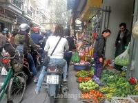 Chợ cóc lấn cả lối vào trường của các cháu học sinh