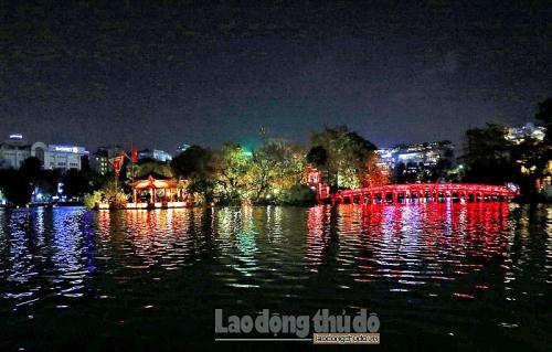 Ngắm vẻ đẹp lung linh rực rỡ sắc màu Hồ Gươm về đêm