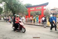 Nhiều người vô tư phóng xe máy trên phố đi bộ Hồ Gươm