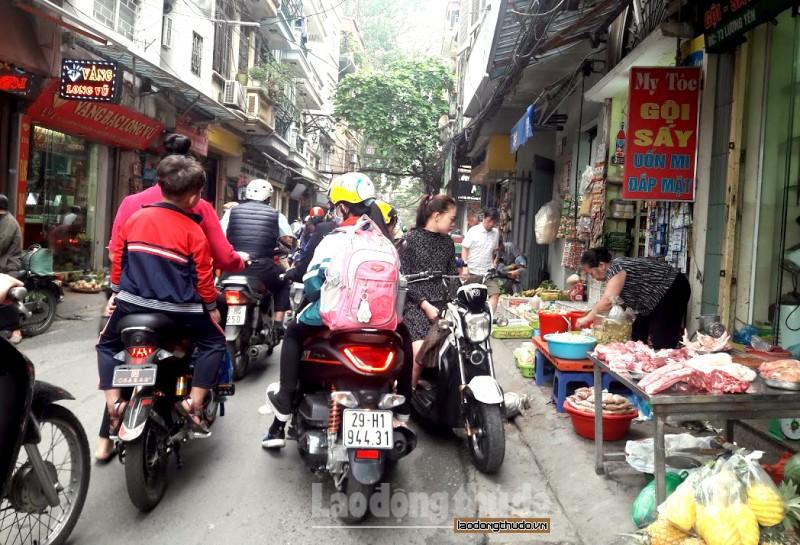 Vỉa hè thành nơi... họp chợ