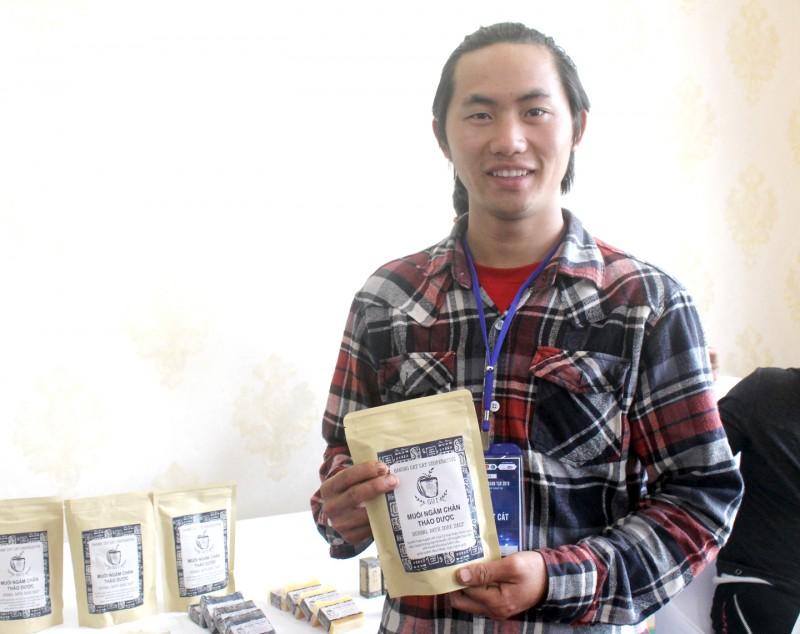 Chàng trai H'Mông  và chuyện khởi nghiệp từ cây cỏ