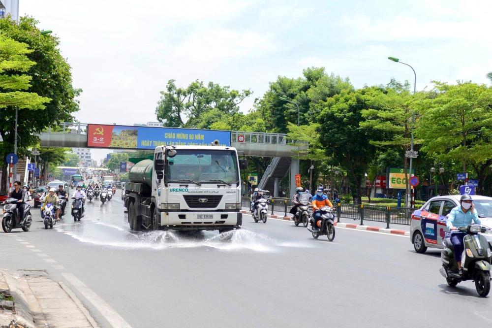 """""""Rửa đường"""" góp phần giảm ô nhiễm và nắng nóng"""