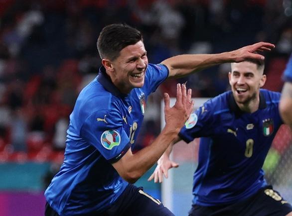 Italia thắng nhọc nhằn, Đan Mạch lại tạo nên cơn