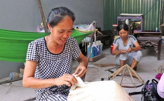 """""""Giữ hồn"""" cho nghề làm nón lá làng Chuông"""