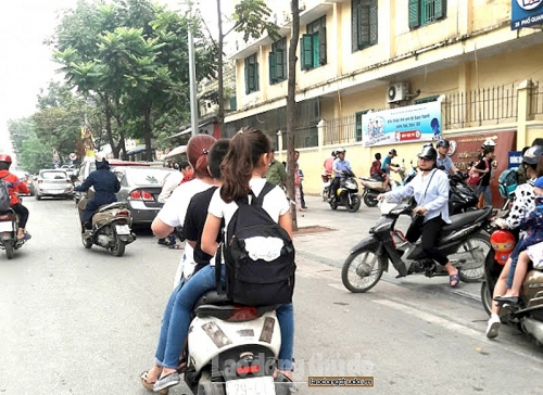 """Nhiều phụ huynh """"quên"""" không đội mũ bảo hiểm cho trẻ khi đi xe máy"""