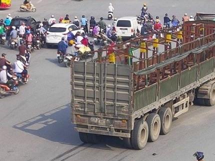 Xe tải đi vào đường cấm, phải xử nghiêm, phạt nặng