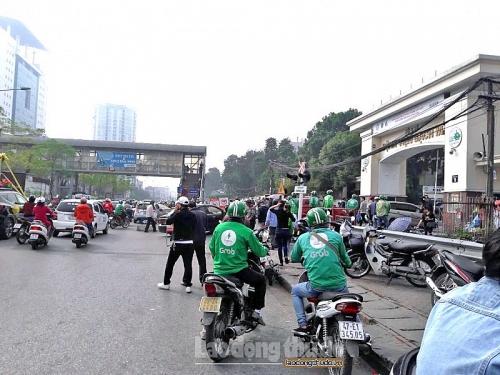Tái hiện lộn xộn trước cổng các bệnh viện