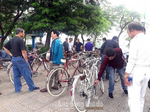 Có một chợ xe đạp cổ độc đáo bên hồ Tây thơ mộng