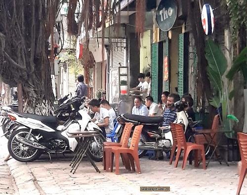 Hàng loạt quán cà phê lại chiếm dụng vỉa hè để kinh doanh