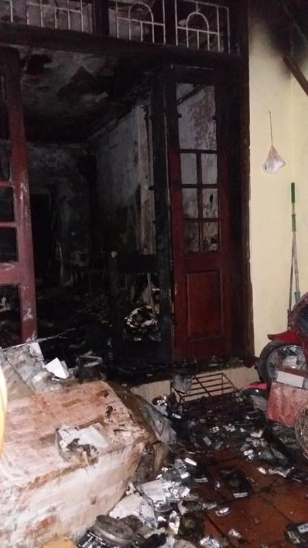 Hà Nội: Bốn mẹ con thoát chết trong ngôi nhà đang cháy