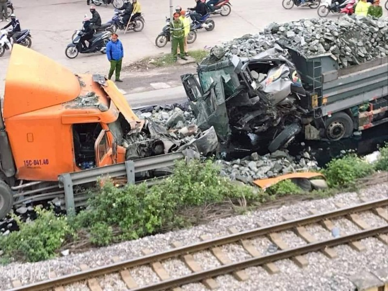 Xe tải đối đầu xe công, tài xế thoát nạn trong gang tấc