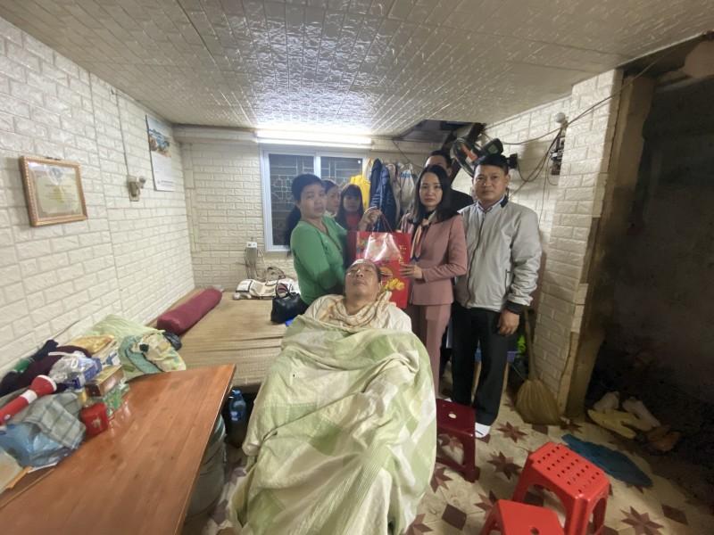 Công đoàn Xây dựng Hà Nội tặng quà Tết công nhân bị tai nạn