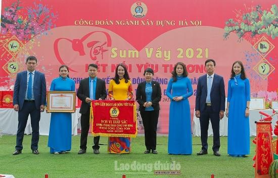 Công đoàn ngành Xây dựng Hà Nội nhận cờ thi đua của Tổng Liên đoàn Lao động Việt Nam