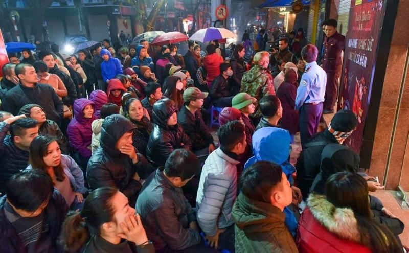 Người dân xếp hàng từ 5 giờ chờ mua vàng ngày vía Thần tài