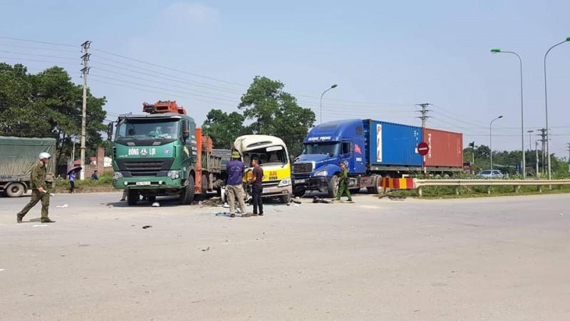 Tai nạn liên hoàn trên đại lộ Thăng Long khiến hai người tử vong