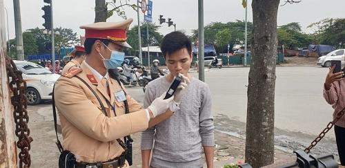 Bất chấp dịch Corona, người dân Hà Nội vẫn ủng hộ việc kiểm tra nồng độ cồn