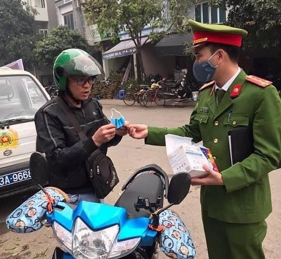 Quận Hà Đông ra quân tuyên truyền, xử phạt người không đeo khẩu trang nơi công cộng