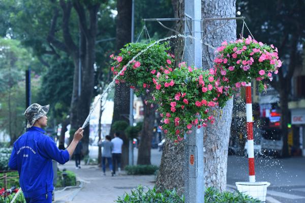 Trang trí đường phố chào đón Tết Nguyên đán Tân Sửu 2021