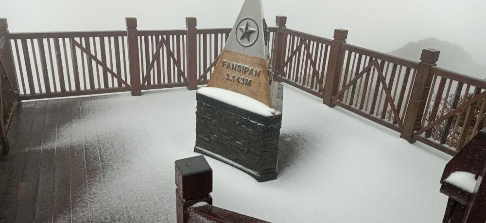 Băng tuyết phủ kín trên đỉnh núi Fansipan
