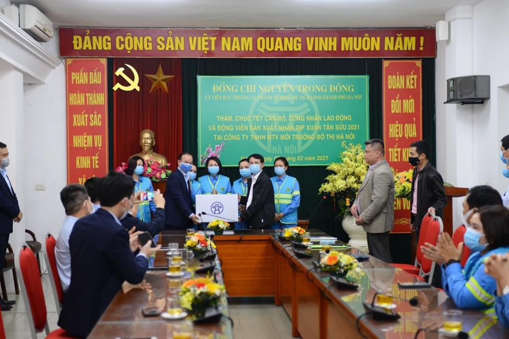 Phó Chủ tịch Ủy ban nhân dân thành phố Hà Nội Nguyễn Trọng Đông thăm, chúc Tết công nhân môi trường