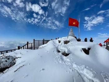 Du khách đổ về Fansipan ngắm tuyết phủ như châu Âu