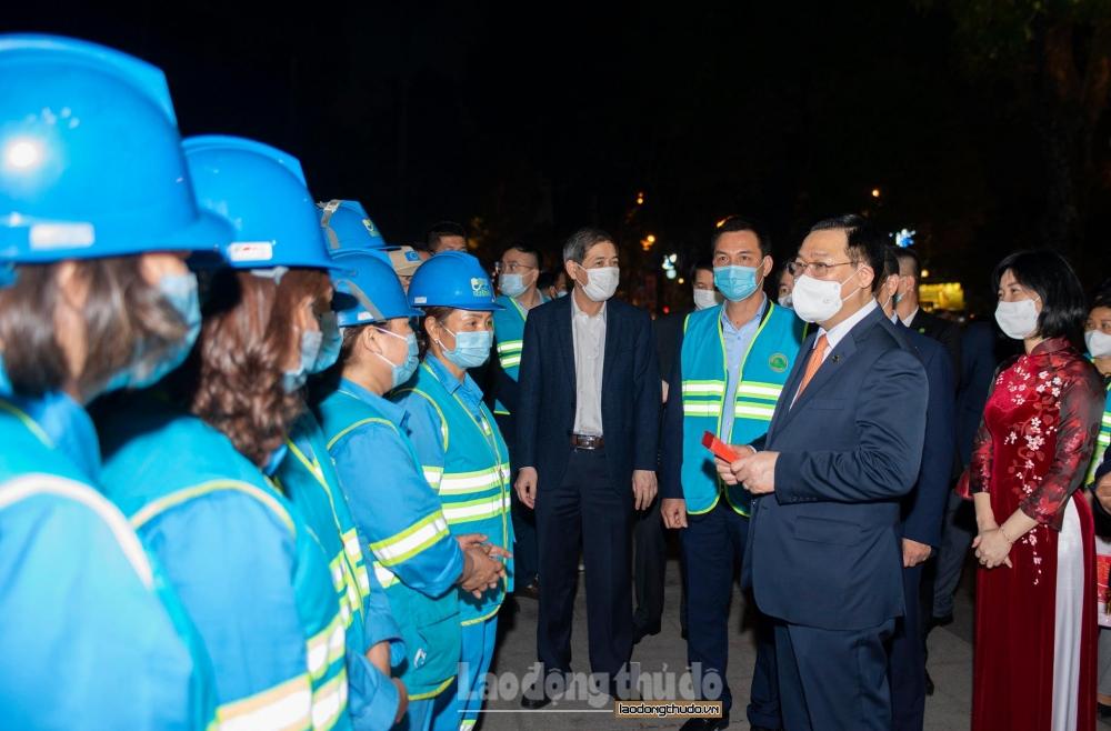 Bí thư Thành ủy Vương Đình Huệ thăm, chúc Tết công nhân môi trường Hà Nội