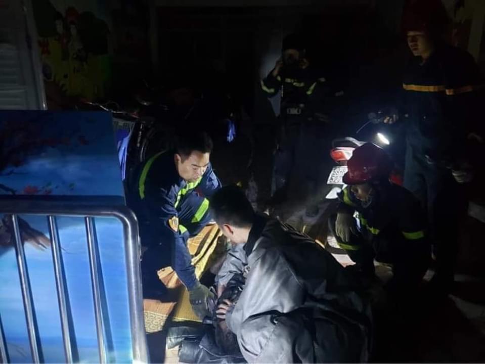 Giải cứu người mắc kẹt trong đám cháy tại quận Nam Từ Liêm