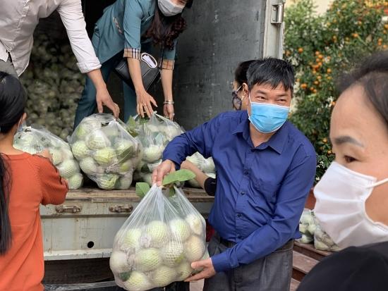 Đoàn viên công đoàn huyện Hoài Đức chung tay hỗ trợ tiêu thụ hàng nông sản