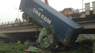 3 xe tải dìu nhau mất lái dưới chân cầu Thanh Trì, giao thông ùn tắc