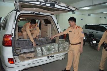 Tạm giữ 1 ô tô mang BKS Lào, cùng 100 bánh dạng nén nghi Heroin