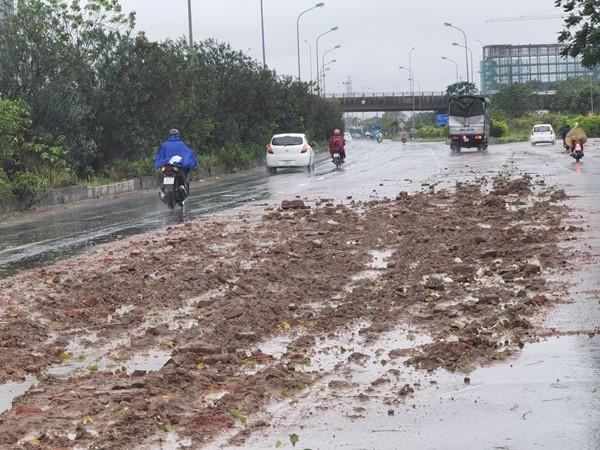 Bùn đất rơi vãi trên Đại lộ Thăng Long gây cản trở giao thông