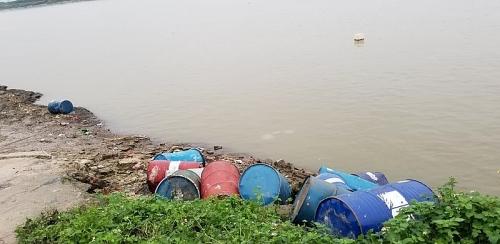 Xác định đối tượng đổ trộm chất thải ra sông Hồng