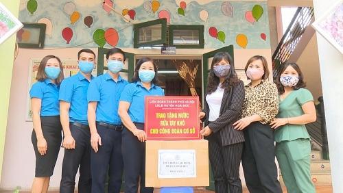 LĐLĐ huyện Hoài Đức trao tặng 400 lọ nước rửa tay khô cho các công đoàn cơ sở