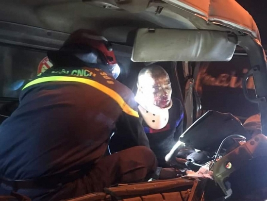 Cắt ca bin giải cứu người mắc kẹt sau vụ tai nạn giao thông