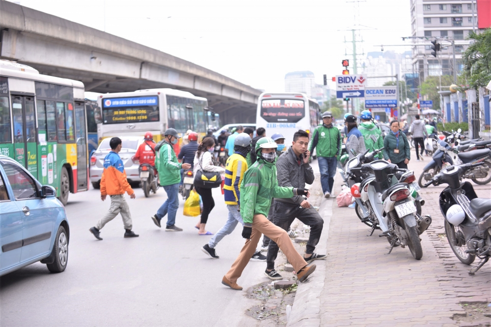 Cận cảnh cuộc đua giành khách của tài xế xe ôm tại các bến xe Hà Nội