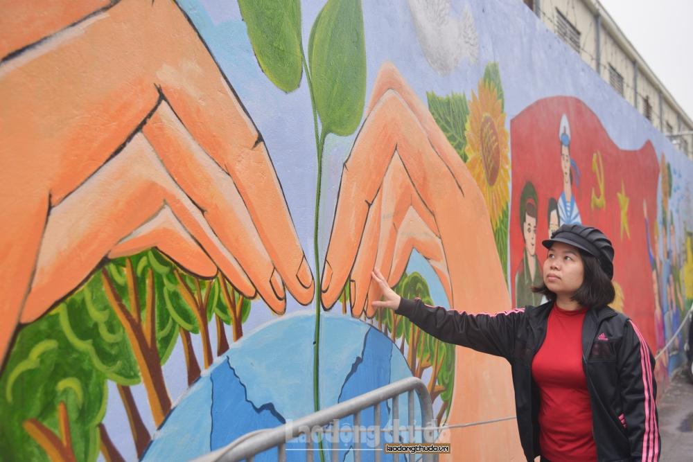 Bức tường sau nhà máy Rạng Đông