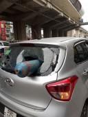 Đang lưu thông trên đường, xe ô tô bị bình ga đâm thủng kính