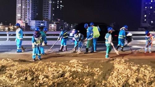 Liên tiếp xảy ra tình trạng rơi vãi bùn đất trên cầu Nhật Tân