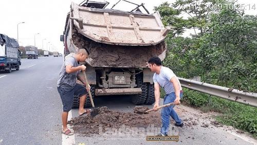 Xử lý xe tải rơi vãi bùn đất trên tuyến Đại lộ Thăng Long