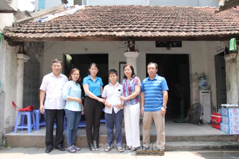 Công ty TNHH MTV Thoát nước Hà Nội động viên gia đình nữ công nhân môi trường tử nạn khi đang làm việc