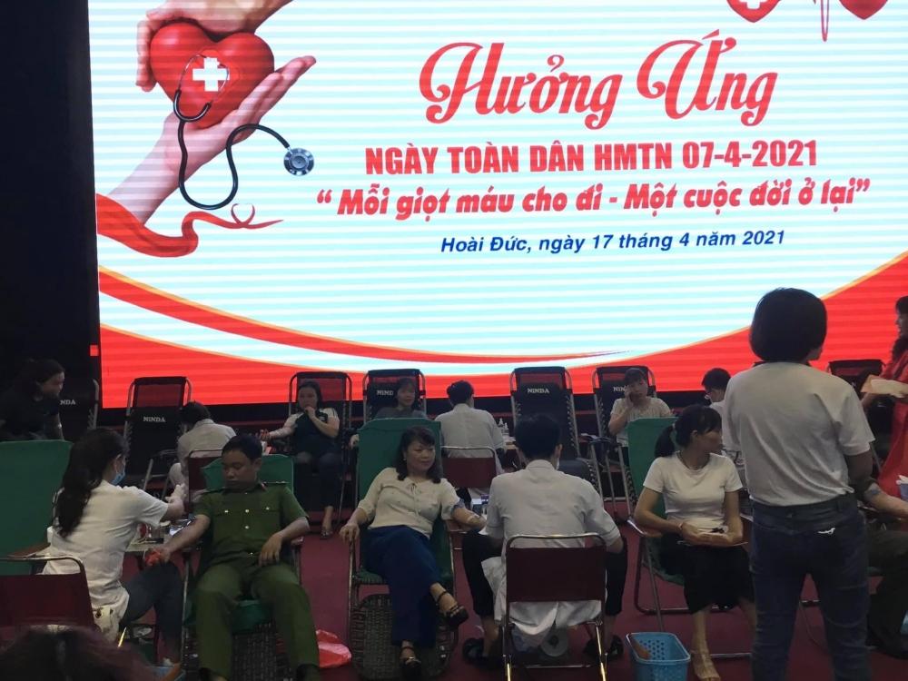 Đoàn viên Công đoàn huyện Hoài Đức tích cực tham gia hiến máu cứu người
