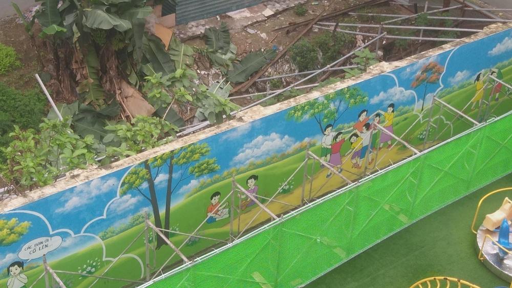 Kinh hãi bức tường tại trường mầm non chống sập bằng giàn giáo